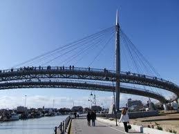 La draga che pulisce i fondali urta e impatta col Ponte del Mare del fiume Pescara
